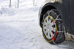 Véhicule avec des réseaux de neige Photographie stock