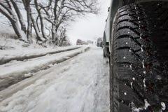 Véhicule avec le pneu de l'hiver Photographie stock