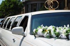 Véhicule blanc de mariage avec des fleurs photographie stock