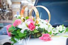 Véhicule blanc de mariage décoré des fleurs Photo libre de droits