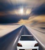 Véhicule blanc sur la route de désert Photo stock