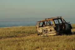 Véhicule brûlé à la plage Photographie stock libre de droits