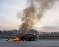 Véhicule brûlant sur la route Image libre de droits