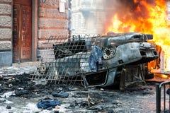 Véhicule brûlant voiture détruite et réglée sur le feu pendant les émeutes Centre de la ville Image libre de droits
