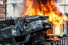 Véhicule brûlant voiture détruite et réglée sur le feu pendant les émeutes Centre de la ville Photographie stock