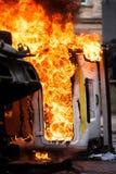 Véhicule brûlant voiture détruite et réglée sur le feu pendant les émeutes Centre de la ville Images libres de droits