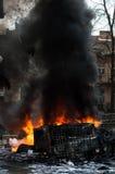 Véhicule brûlant voiture détruite et réglée sur le feu pendant les émeutes Centre de la ville Image stock