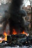 Véhicule brûlant voiture détruite et réglée sur le feu pendant les émeutes Centre de la ville Images stock