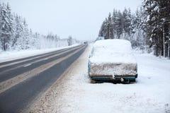 Véhicule cassé et abandonné sur la route grave d'hiver, se garant sur la restriction de route La route de cola à la ville de Mour image stock