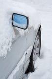 Véhicule couvert dans la neige Photos stock