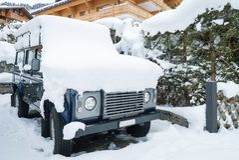 Véhicule couvert de neige Images libres de droits