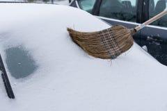 Véhicule couvert de neige Photographie stock libre de droits