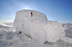 Véhicule couvert de neige dans la tempête de neige d'hiver Image libre de droits