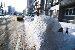 Véhicule couvert par la neige Photographie stock libre de droits