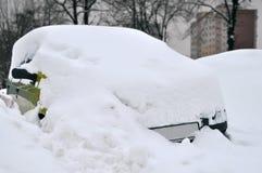 Véhicule couvert par la neige pendant l'hiver Photos libres de droits