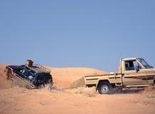 Véhicule décomposé dans le sable du désert Photographie stock libre de droits