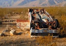 Véhicule détruit abandonné dans le désert Image libre de droits