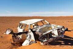 Véhicule détruit abandonné dans le désert Photos stock