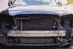 Véhicule détruit Voiture cassée après l'accident, vue d'avant de voiture vers le bas après une explosion, prête à être ferraillé photos libres de droits