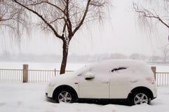 Véhicule dans la neige près du lac Photographie stock libre de droits