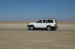 Véhicule dans le désert Photos stock