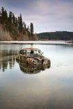 Véhicule dans le lac. Photos libres de droits