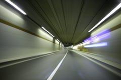 Véhicule dans le tunnel Photo stock
