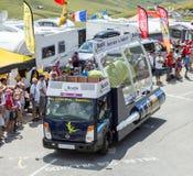 Véhicule de Bostik dans les Alpes - Tour de France 2015 Photos stock