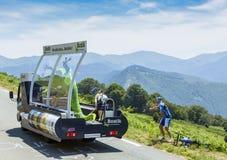 Véhicule de Bostik en montagnes de Pyrénées - Tour de France 2015 Images stock