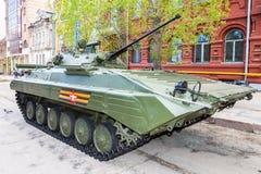 Véhicule de combat russe d'infanterie BMP-2 pendant les Para militaires Photo stock