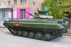 Véhicule de combat russe d'infanterie BMP-2 pendant les Para militaires Image libre de droits