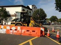 Véhicule de construction garé dans la rue, CAT Forklift, cônes du trafic, barrière de débardeur, Rutherford, NJ, Etats-Unis Images stock