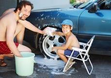 Véhicule de lavage d'enfant et véhicule de jouet avec son père Photo stock