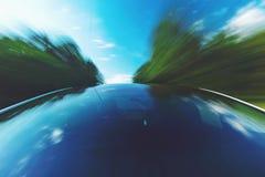 Véhicule de luxe avec le toit en verre entraînant une réduction la route images libres de droits
