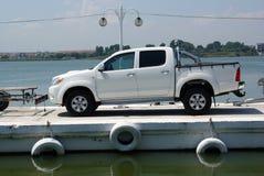 Véhicule de luxe sur le ferry-boat