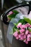 Véhicule de mariage décoré des fleurs Photographie stock libre de droits