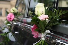 Véhicule de mariage décoré des fleurs images stock