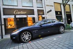 Véhicule de Maserati stationné devant la mémoire de Cartier photos stock