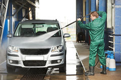 Véhicule de nettoyage d'ouvrier avec de l'eau fait pression sur Photo stock