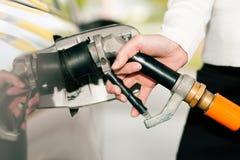 Véhicule de ravitaillement de femme avec le gaz de LPG Photo libre de droits