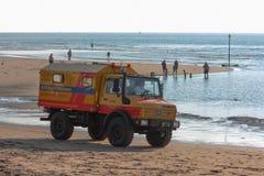 Véhicule de sauvetage de ressac sur la plage Images stock