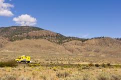 Véhicule de service ferroviaire vérifiant des voies Photo libre de droits