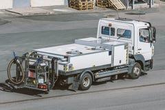 Véhicule de but spécial pour le transport de l'eau potable à l'aéroport, pour les avions de réapprovisionnement en combustible Photo libre de droits