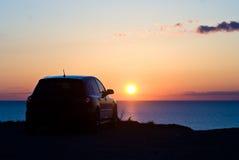 Véhicule et coucher du soleil Photo stock