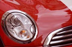 Véhicule et phare de luxe rouges Photographie stock