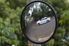 Véhicule faisant le coin borgne de route de miroir photos libres de droits