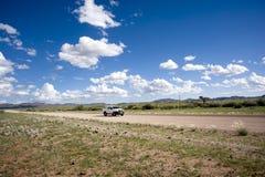 Véhicule isolé sur une route de graveld en Namibie images stock