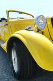 Véhicule jaune classique Images libres de droits