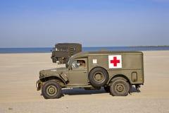 Véhicule médical d'armée sur la plage Photographie stock libre de droits