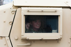 Véhicule militaire de HMMWV avec le soldat regardant la fenêtre Image stock